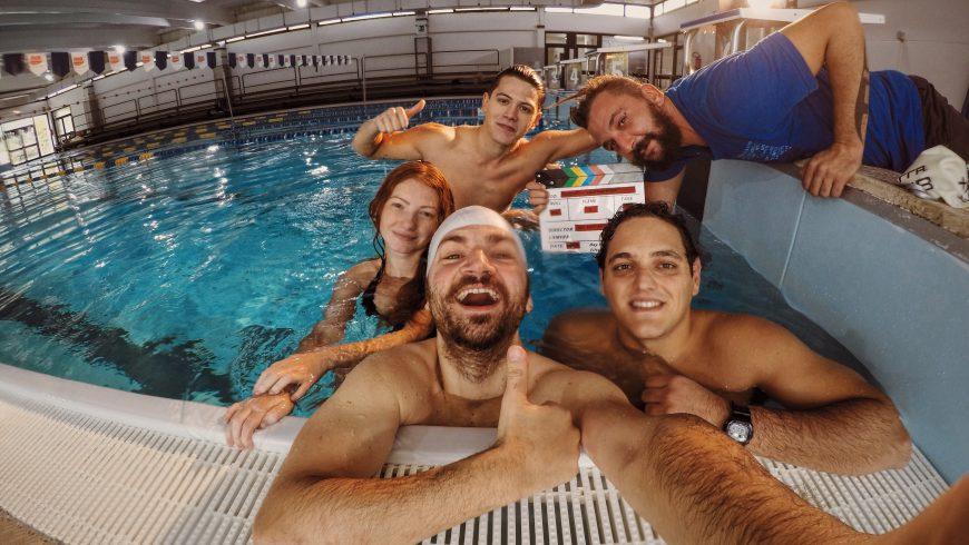 Selfie dopo la fine delle riprese subacquee con gli attori e la troupe.
